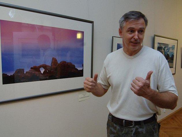 Fotograf Václav Špillar ukazuje na fotografii, kterou pořídil v americkém Utahu. V USA už byl fotit devětkrát. Některé snímky odtud a také z e svých cest po Africe a Austrálii vystavuje v Plzni do 6. ledna příštího roku