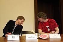 Pavel Batěk (vlevo) a Vilém Dubnička se ujišťují, že Pes baskervillský skutečně nedorazil, a tak se o roli v detektivní komedii, která bude uvedena v rámci Divadelního léta pod Plzeňským nebem, mohou ucházet všichni plzeňští psi.