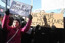 Demonstrace studentů před budovou právnické fakulty ZČU v sadech Pětatřicátníků v Plzni