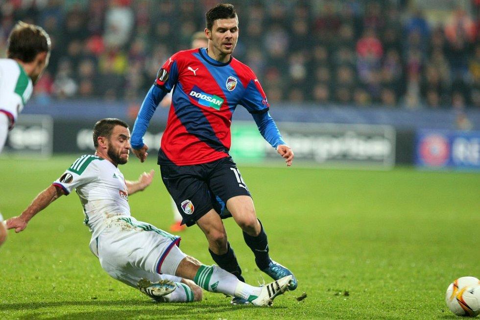 Michal Ďuriš z Plzně (vpravo) se snaží prosadit proti Rapidu Vídeň.