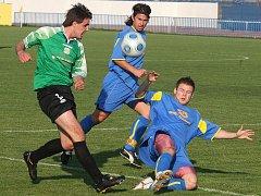 Fotbalisté Doubravky (v modrém) porazili v 8. kole divize v západočeském derby tým Domažlic 2:0.