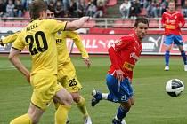 Útočník FC Viktorie Plzeň Marek Bakoš (vpravo) přispěl výrazně k postupu svého týmu do třetího kola Ondrášovka Cupu. Viktoria vyhrála v Mostě 4:1 a slovenský útočník vstřelil hattrick.