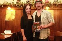 Ryan Hollweg pózuje při pondělním křtu své autobiografie s autorkou Lucií Mužíkovou.