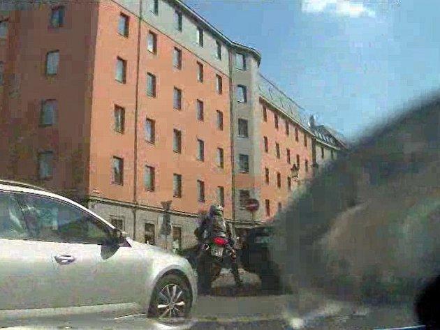 Policie dopadla ujíždějícího zfetovaného motorkáře