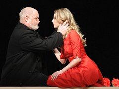 Ve Winterthuru uvedlo Divadlo J. K. Tyla třikrát operu Giuseppa Verdiho Rigoletto (na snímku Gabrijela Ubavič jako Gilda a Ivan Kusnjer v titulní roli)