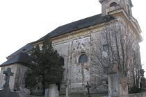 Kostel svaté Barbory u hřbitova v Manětíně má narušenou statiku. Na jeho rekonstrukci nejsou peníze