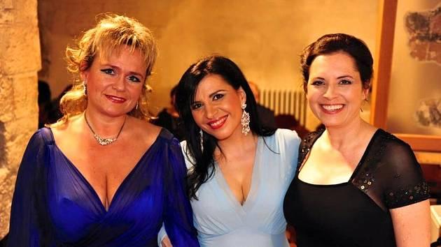 Andrea Tögel Kalivodová (na snímku uprostřed), klavíristka Ladislava Vondráčková (vlevo)a herečka Barbora Kodetová (vpravo).