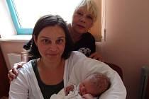 Rozárka Rubriciusová se narodila 7. 8. ve FN na Lochotíně. Po porodu vážila sestřička tříleté Dorotky 2 930 gramů a měřila 50 cm. Z dalšího potomka nemají radost jen rodiče Barbora a Marek, ale také babička Lída, která je také na fotce.