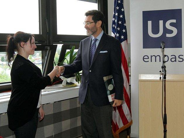 Americké centrum na Západočeské univerzitě v Plzni slavnostně otevřela rektorka Ilona Mauritzová spolu s velvyslancem USA Normanem L. Eisenem.