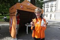 Pomáháme slaným dětem, hlásal v pondělí ve Smetanových sadech oranžový stánek
