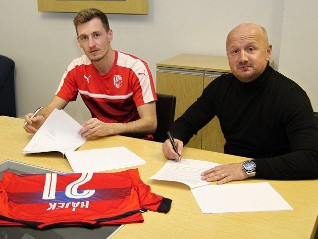 Zlínský odchovanec Tomáš Hájek (vlevo) podepisuje smlouvu s Viktorií Plzeň. Vedle nej je generální manažer Viktorie Adolf Šádek