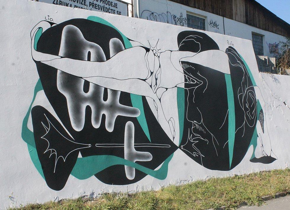 Zatímco v Lidické ulici se díla Ruina a Skirla vzájemně prolínala, ve Vejprnické ulici už působí odděleně.