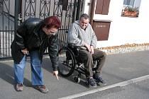 JEDINÁ MOŽNOST STANISLAVA KESTŘÁNKA DOSTAT SE VEN. Jana Kestřánková musela přemluvit stavební dělníky, aby tady udělali alespoň asfaltový nájezd, na který ukazuje. Žádný projekt totiž s nájezdem na chodník u domu vozíčkáře nepočítal