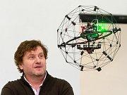Ředitel městské Správy informačních technologií Luděk Šantora sleduje v novém Centru robotiky jeden z dronů.
