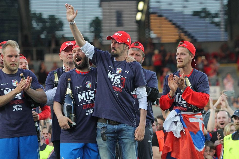 Fotbalisté FC Viktoria Plzeň slaví třetí titul v historii klubu, na hřiště se dostal i vážně nemocný Marian Čišovský.