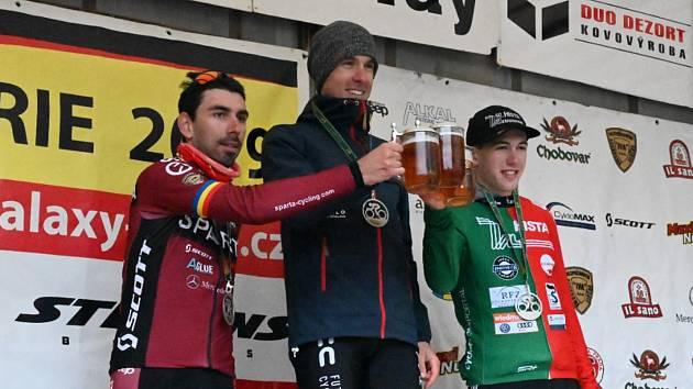Třináctý ročník Tour de Brdy ovládl Martin Stošek (na snímku uprostřed) před obhájce prvenství Tomášem Kalojírosem (vlevo) a německým juniorem Henri Uhligem.