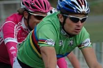 V 21. dílu cyklistické Giant ligy se v pětadevadesátičlenném startovním poli objevil čerstvý mistr světa handicapovaných cyklistů Jiří Ježek