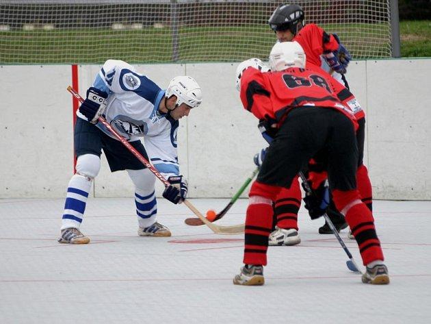 Hokejbalisté Škody Plzeň zvítězili v šestém kole extraligy 2:1 na hřišti Ústí nad Labem. O vyrovnávací branku na 1:1 a rozhodující samostatný nájezd se postaral útočník plzeňského celku Marek Lendl (na archivním snímku vlevo)