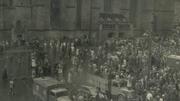 """Dobových fotografií z 1. června 1953 existuje jen velmi málo. Na druhé straně této fotografie je uveden popisek """"srocení nepřátelských živlů před plzeňskou radnicí dne 1. 6. 53"""""""