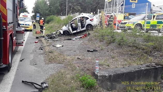 Nehoda dvou aut na silnici I/20 u betonárny Berger nedaleko Nevřeně