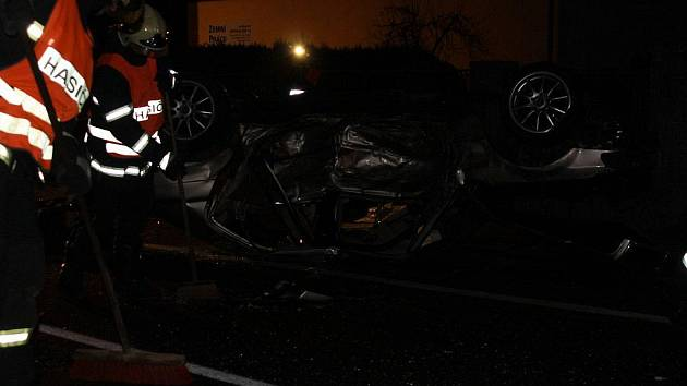 Smrt v zatáčce našli 22letý řidič i spolujezdec.