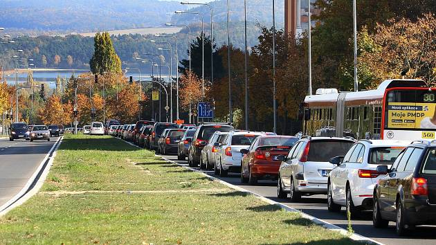 Zácpa a kolony aut provázely řidiče, kteří se chtěli dostat do centra Plzně z okrajových sídlišť a severního Plzeňska, po celou sobotu.