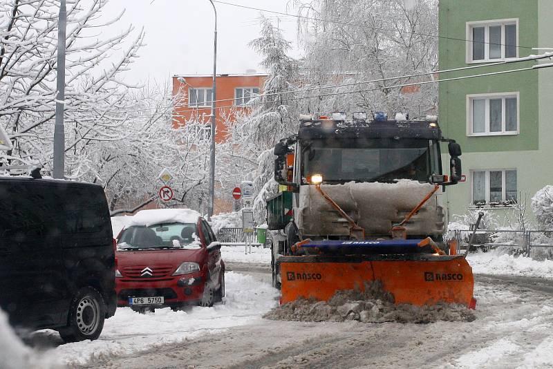 Plzeňský kraj zasypal sníh. Sypač U Astry v plzeňských Lobzích.