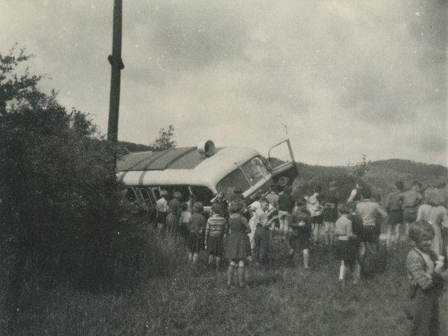 Převrácený autobus, kterým jel František Řezáč na pionýrský tábor