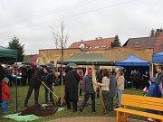 Strom svobody pomohl zasadit starosta Přeštic Karel Naxera (na snímku vlevo). Na slavností akt zasazení lípy srdčité dorazili na přeštické Havlíčkovo náměstí i obyvatelé německého partnerského města Nittenau.