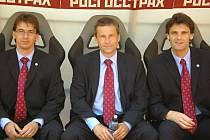 Fotbalový rozhodčí Luděk Lhoták (vlevo) během své bohaté kariéry procestoval velkou část Evropy. Na snímku z moskevského stadionu Lužniki je se svými kolegy Jaroslavem Járou (uprostřed) a Patrikem Filípkem.