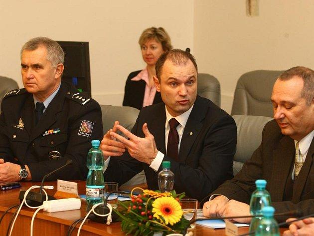 Jste prvním městem v ČR, které podepsalo spolupráci s policií, konstatoval ve čtvrtek na radnici ministr vnitra Ivan Langer (uprostřed). Na snímku s krajským policejním ředitelem Miloslavem Mašterou (vlevo) a primátorem Pavlem Rödlem