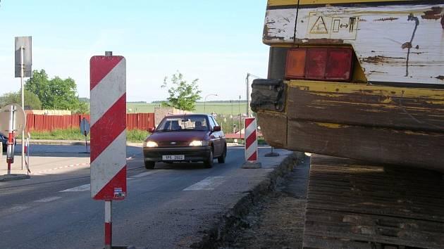 Jezdit přes Třemošnou je podle řady řidičů v těchto dnech za trest. Hlavní tah silnice I/27 přes město je částečně uzavřený