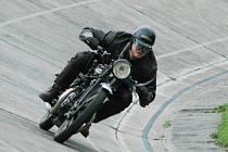 Tomáš Pávek z plzeňského Veteran Car Clubu krouží po cyklistické betonové dráze na stadionu Dynama ZČE  v Plzni na Slovanech na motocyklu Rudge – Whitworth o obsahu 500 ccm. Motocykl byl  vyroben v roce 1929