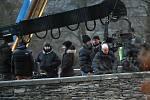Klip pro Depeche Mode. Na starobylém mostě v Rabštejnu nad Střelou točili filmaři svržení čarodějnice do řeky