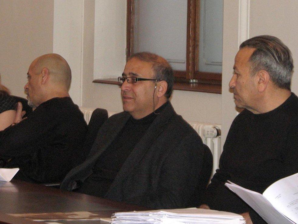 Yonatan Halbror (vlevo) a Moshe Dasht (vpravo) s tlumočníkem