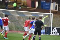 Domažlický střelec Daniel Černý (v modrém dresu uprostřed) náramně otevřel skóre zápasu s jirenskou Viktorií. Gólman soupeře byl na jeho parádní ránu z šestnácti metrů bez šance.