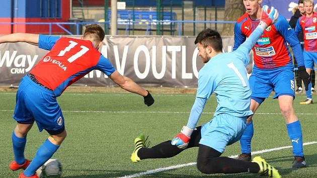 Útok dorostu VIktorie byl postrachem obran soupeřů. Na snímku z utkání s Opavou se snaží gólman hostů zabránit ve skórování útočníkům Viktorie (v modročerveném).