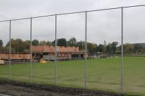 U hřiště vyrůstá dvoupodlažní budova, v níž budou mít  fotbalisté komfortní zázemí. Nebude chybět restaurace a klasická klubovna. V patře vznikne tribuna pro 120 lidí