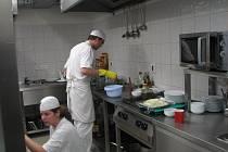 Kuchaři  David Bärenklau a Tereza Šmídová v nové kuchyni