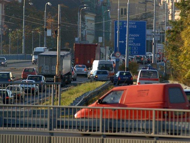 Na Karlovarské nemohou vozy záchranářů využít ani tramvajový pás