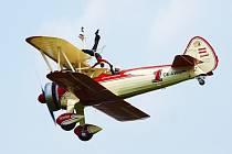 Akrobatka Peggy Krainz předvádí extrémní kreace na křídlech letadla. Také letos vystoupí na leteckém dni v Plasích