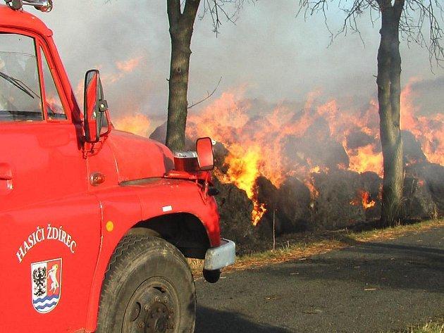 Hasiči ze Ždírce zasahovali i u požáru balíků slámy