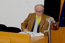 František Bobek u soudu. Ve svých pětasedmdesáti letech čelí obžalobě, že poslední tři roky pohlavně zneužíval malé dívky, které měl hlídat