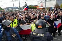 Extremisté během pochodu v Plzni v roce 2013.