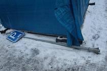 Poškozená značka ležela několik dní i na chodníku na rohu Kovářské a Divadelní ulice. Včera už zase stála na svém místě