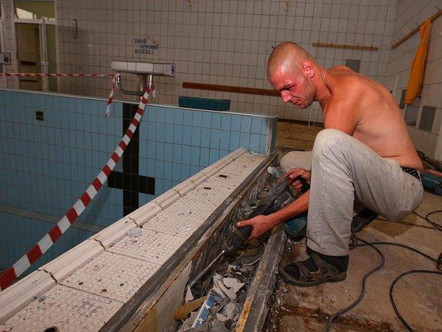 Při rekonstrukci  se budou vyměňovat i přelivové žlábky nad hrdlem bazénu. Nejviditelnější změnou pak bude výměna  mozaikové podlahy ochozu bazénu