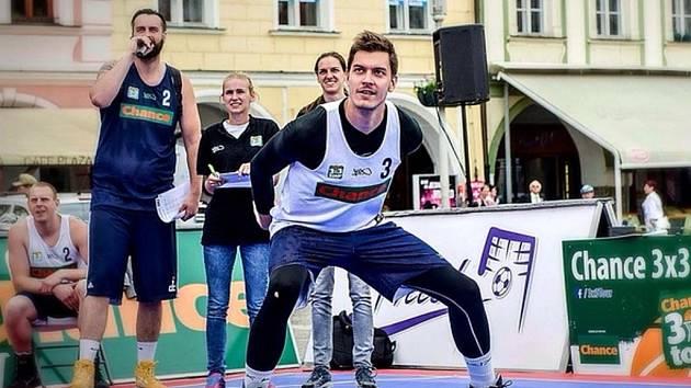 Dalibor Fait se chystá do olympijského parku v Plzni na streetballový turnaj.