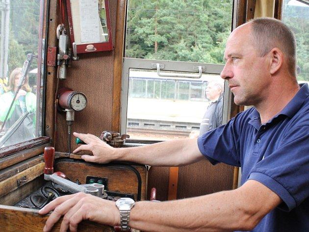 Strojvůdce Ondřej Vosmík normálně řídí nákladní vlaky, ale díky Bez-družickému parnímu létu vozil o víkendu lidi