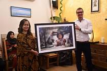 Tomáš Vaňourek s velvyslankyní Indonésie v ČR, paní Kensspy D. Ekaningsih.