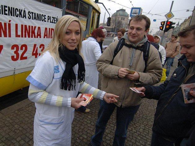 Plzeň ve čtvrtek brázdila tzv. AIDS tramvaj. Cestujícími byli hygienici i studenti, kteří rozdávali Plzeňanům informační letáčky